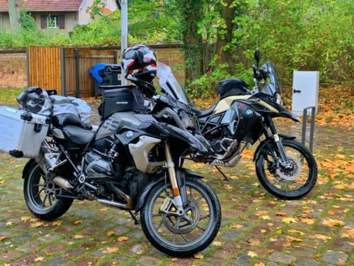 Zwei BMW GS beim Kloster Chorin